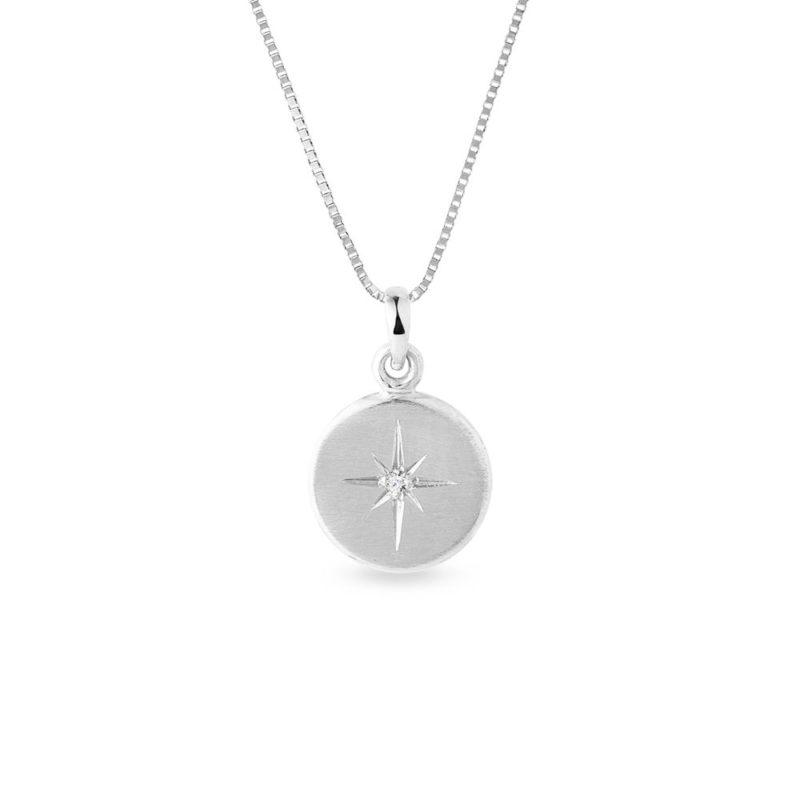 Medailonek s diamantem a ruční rytinou v bílém zlatě KLENOTA
