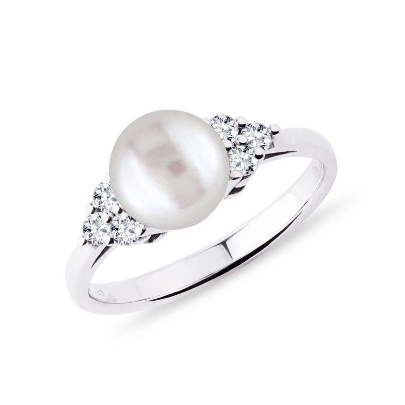 Prsten se sladkovodní perlou a brilianty v bílém zlatě KLENOTA