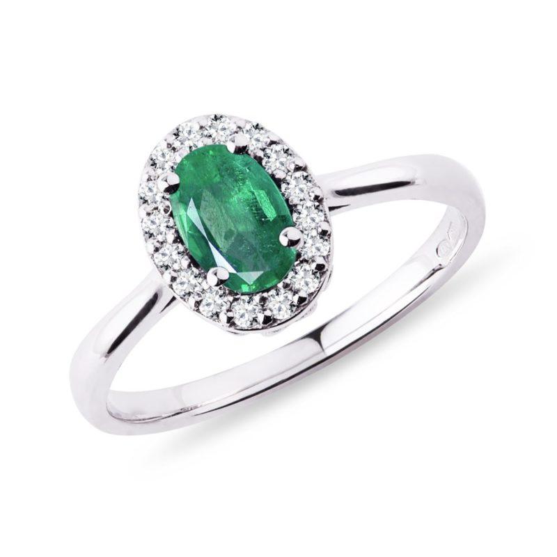 Prsten se smaragdem a diamanty v bílém zlatě KLENOTA