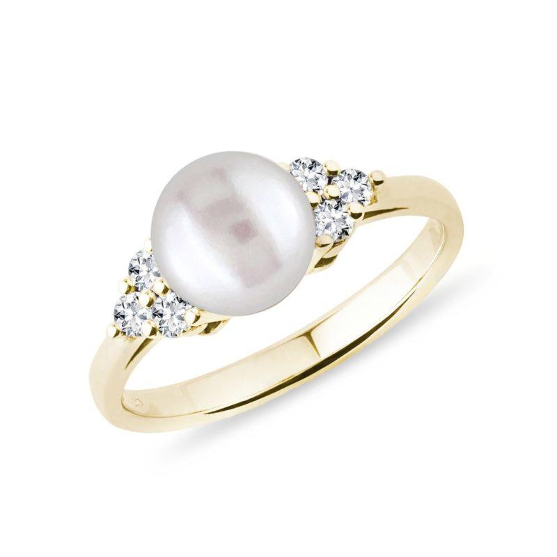 Zlatý prsten se sladkovodní perlou a brilianty KLENOTA